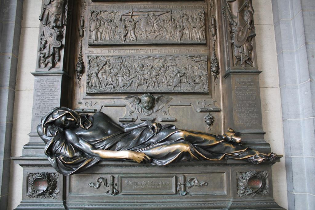 Frente da estátua Everard´t Serlaes
