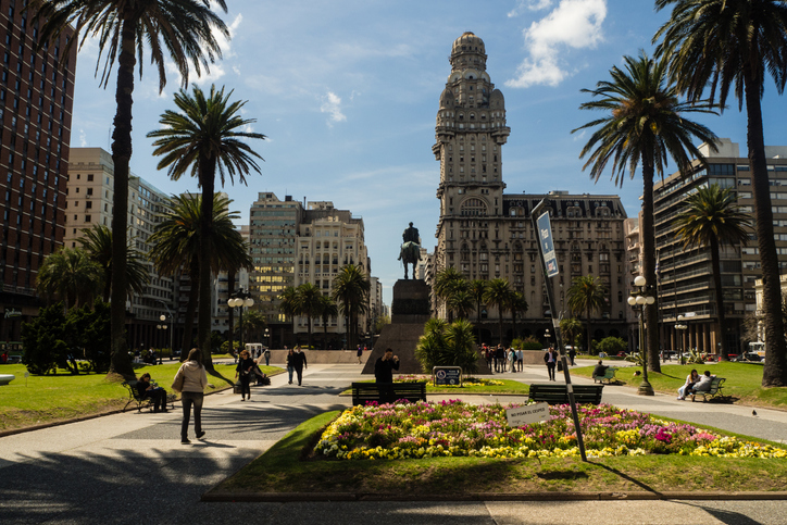 Main square in Montevideo, Plaza de la independencia, Salvo palace