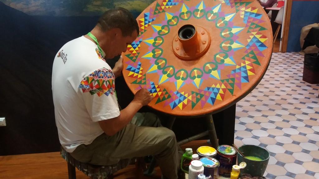 foto-15-artista-produzindo-artesanato-tipico-da-costa-rica
