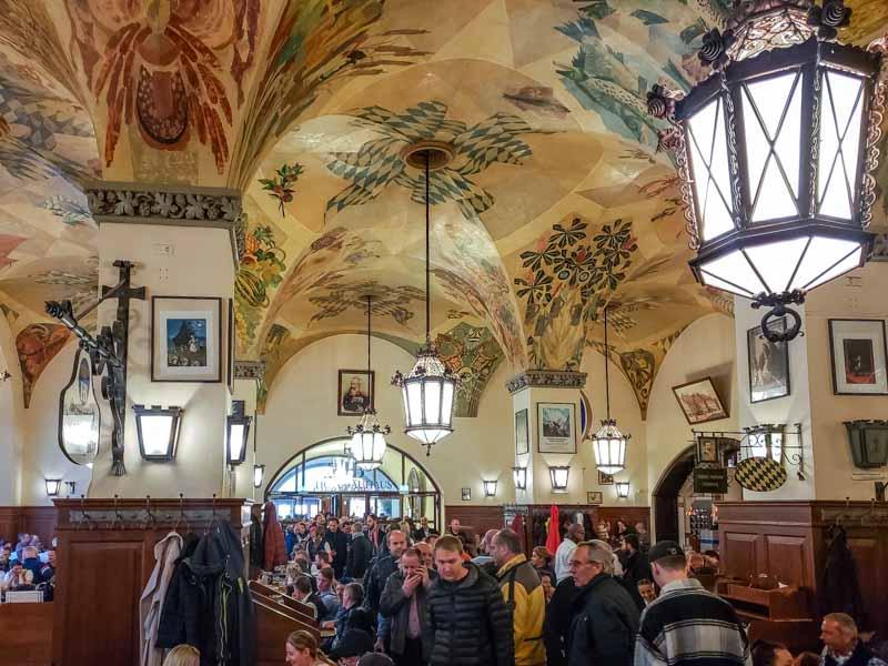 Hall centenário na cervejaria Hofbräuhaus em Munique. Foto: Adriana Lage
