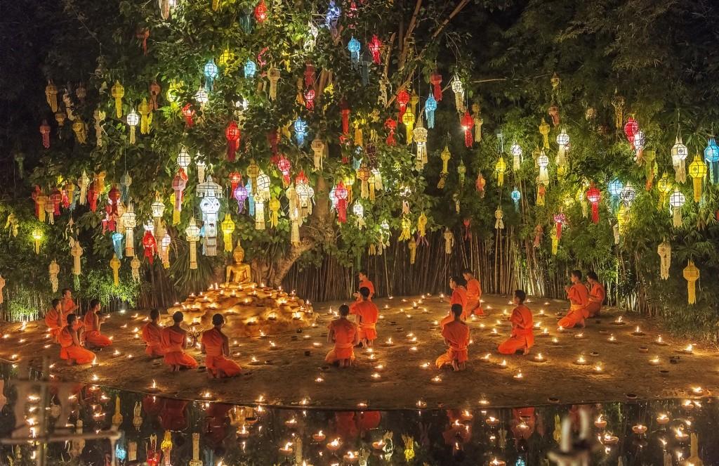 monges-novatos-sentado-perto-da-estatua-de-buda-e-conduzindo-as-oracoes-chiang-mai