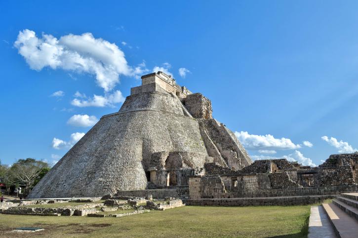 Sitio arqueológico de Uxmal, ubicado en Yucatán. Preciosa zona turística. UNESCO sitio de Patrimonio Mundial. Conforman la ciudad 15 grupos de edificios, distribuidos de norte a sur, en una extensión de aproximadamente dos kilómetros. Entre los que destacan: La pirámide del Adivino, con su Plaza de los Pájaros, el Cuadrángulo de las Monjas, el Juego de Pelota, el Palacio del Gobernador, la Gran Pirámide y El Palomar, además del Grupo Norte, la Casa de la Vieja, El Cementerio y el Templo de los Falos