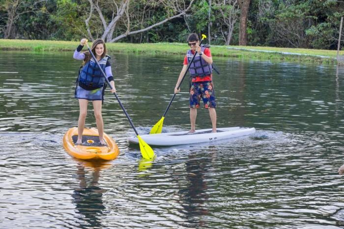 stand-up-paddle-na-piscina-natural-do-brotas-eco-resort
