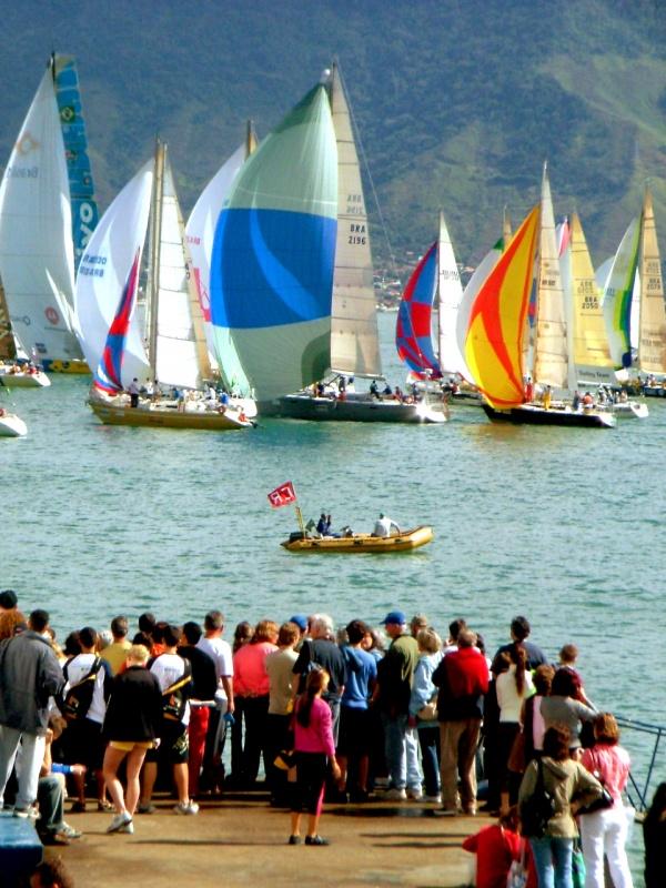 Cerca de 130 velas participam da a 41ª Ilhabela Sailing Week, maior evento de velas da América Latina.