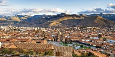 Cusco preserva construções coloniais de estilo barroco andino erguidas sobre restos de edificações incas. A cidade está a quase 3,4 mil metros acima do nível do mar e guarda importantes sítios arqueológicos.