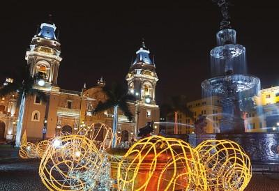 A Praça de Armas no centro de Lima é um dos lugares mais belos e visitados na cidade. No passado, sofreu com terremotos, incêndios e foi palco desde brigas de búfalos a execuções relacionadas com a inquisição na América Latina. Foto: Maria Pavlova/Istock/Thinkstock 2014