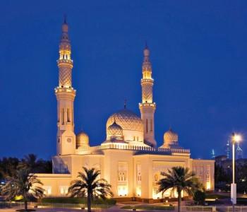 A bela mesquita Jumeirah é um dos pontos turísticos mais fotografados, principalmente à noite, quando está iluminada