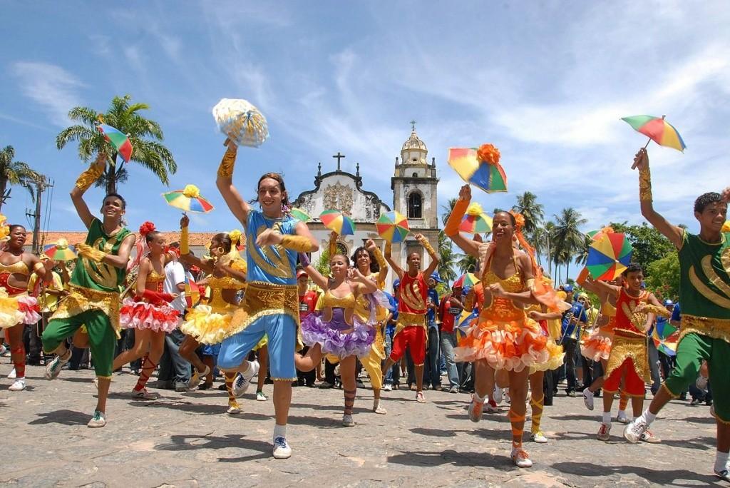 1200px-Frevo_dancers_-_Olinda,_Pernambuco,_Brazil