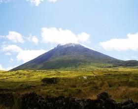 1200px-Montanha_do_Pico,_os_seus_aspectos,_ilha_do_Pico,_Açores,_Portugal