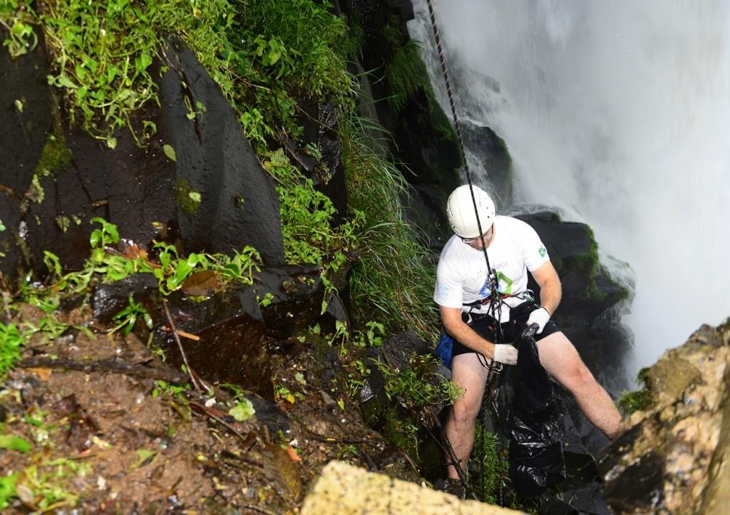 Montanhistas de Cristo fizeram a limpeza das encostas na Trilha das Cataratas - Foto Marcos Labanca