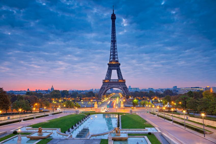 Paris  Foto por RudyBalasko via IStock