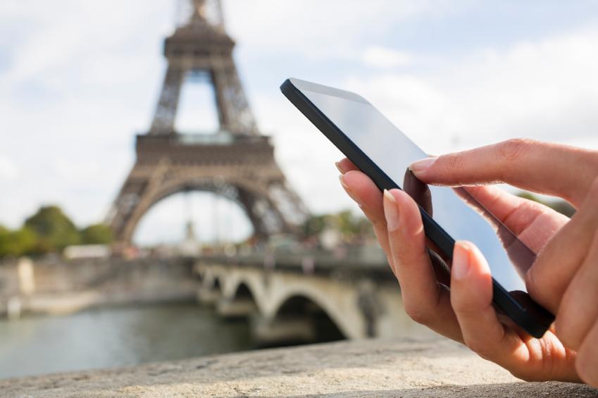 Close-up hand Female mobile phone Paris seine bridge message sms e-mail