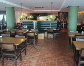 Piso do restaurante feito em cerâmica que imibe o calor