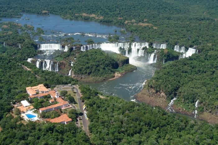 Vista a?rea das Cataratas do Rio Igua?u na divisa entre Brasil e Argentina, na cidade de Foz do Igua??
