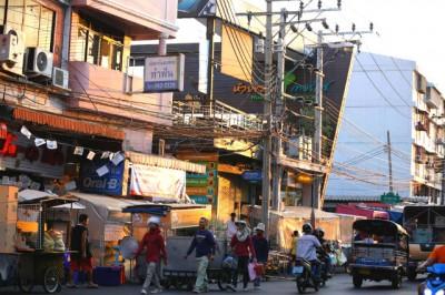 Conhecido por seus mercados de rua, o bairro de Din Daeng oferece uma sensação de cidade do interior a uma pequena distância da famosa vida noturna de Bangkok
