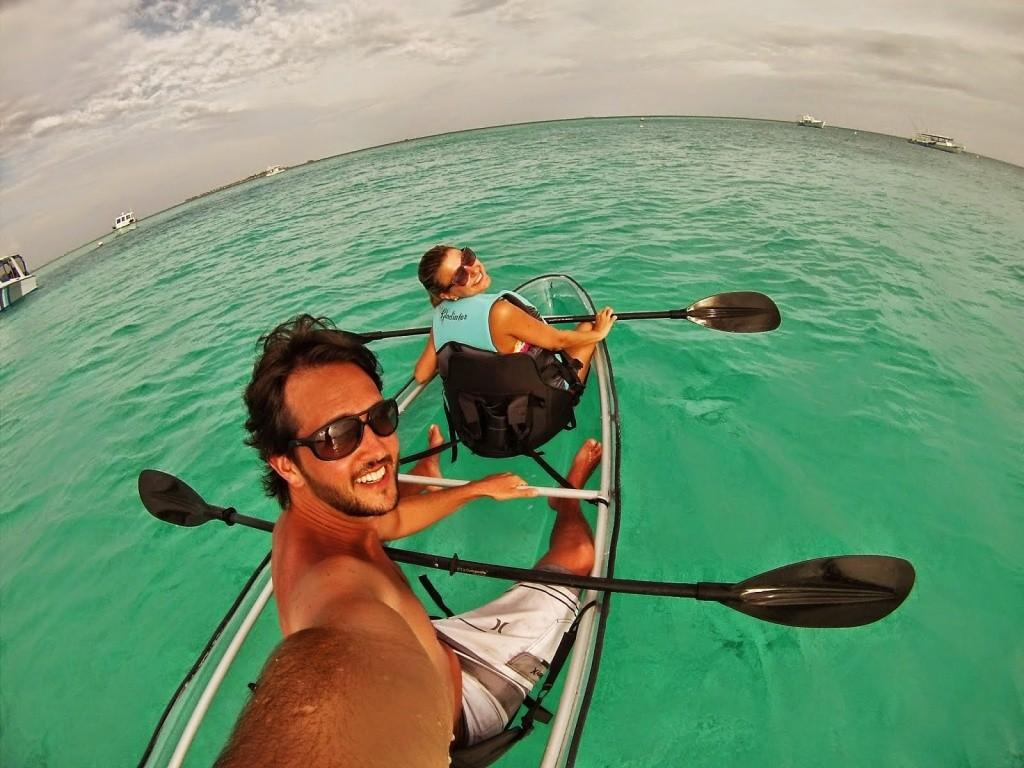 De caiaque de acrílico nas Maldivas | Créditos: Lala Rebelo