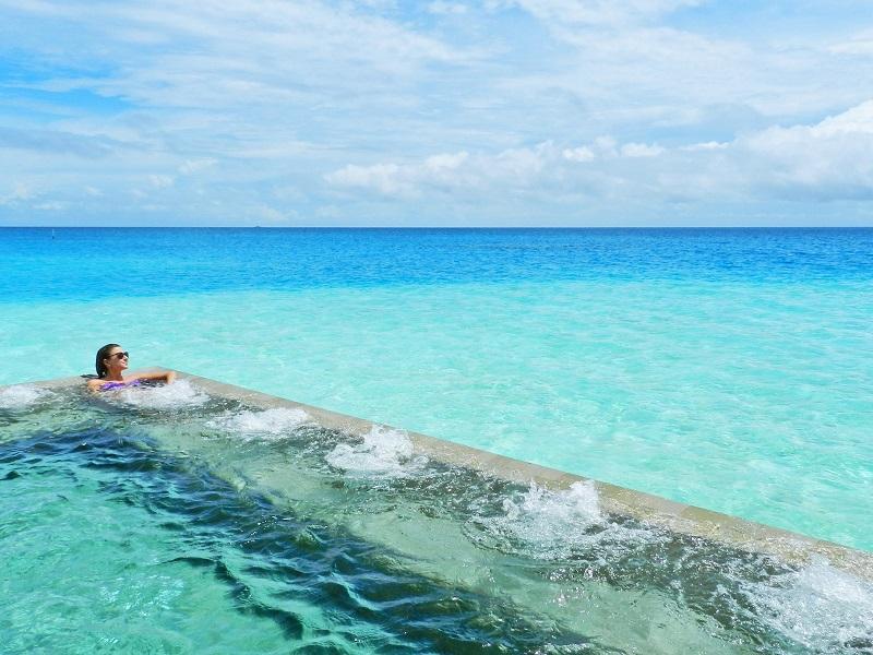 Piscina do Spa do Velassaru Resort nas Ilhas Maldivas | Créditos: Lala Rebelo