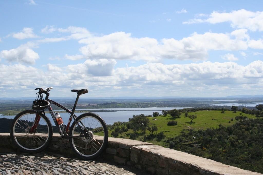 vista-do-lago-alqueva-no-alentejo_credito-luxury-on-two-wheels