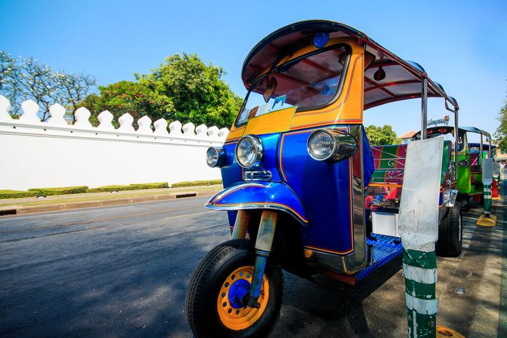 Tuk- Tuk , a three-wheeled or three- wheeled bicycle that foreign visitors should not miss the popular tuk-tuk in Bangkok trip .