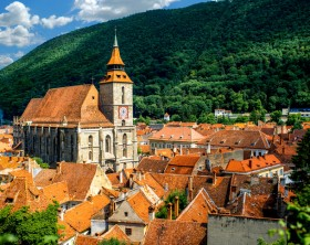Brasov cityscape with black cathedral and mountain on backround in Romania Istock/ RossHelen