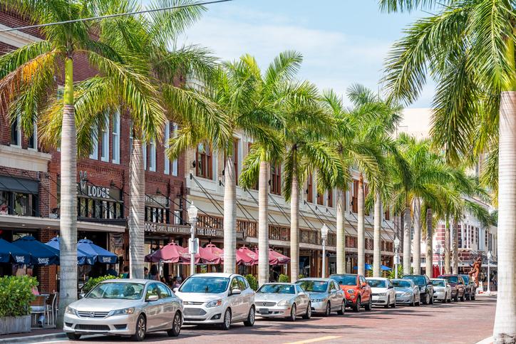 Lojas e restaurantes no centro de Fort Myers. Foto por iStock / krblokhin