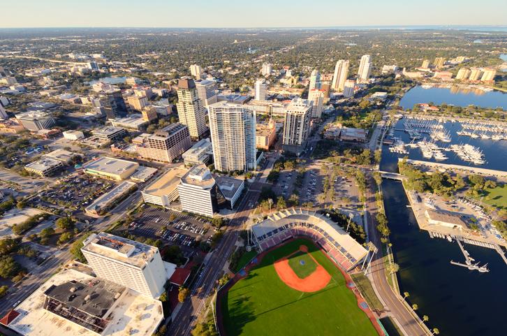 Vista aérea de St. Petersburg. Foto por iStock / SeanPavonePhoto