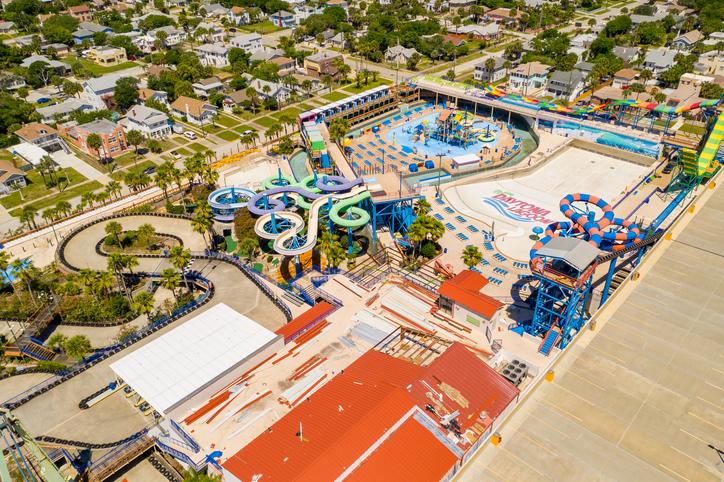 Parque aquático Daytona Lagoon. Foto por iStock / felixmizioznikov