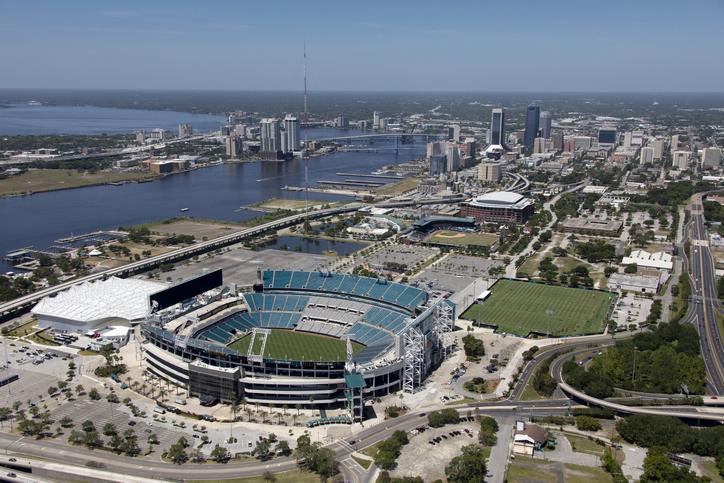 Vista aérea de Jacksonville, com destaque para o TIAA Bank Field. Foto por iStock / 6381380