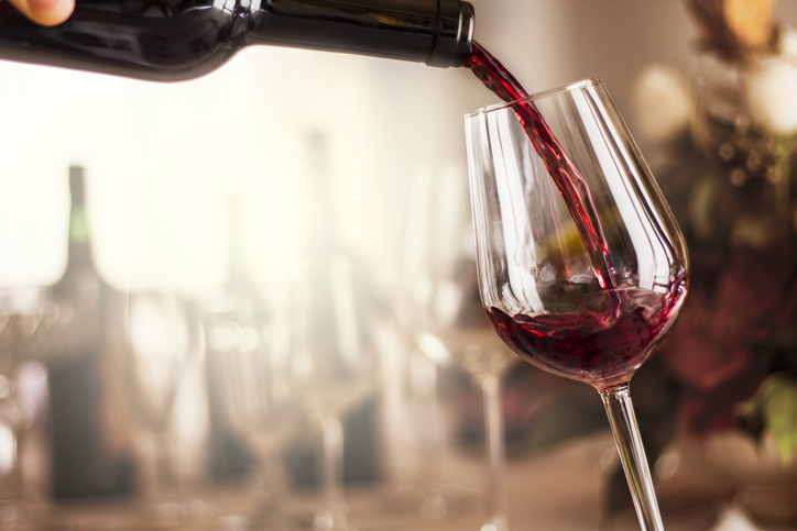 Vinícolas oferecem experiências como tours e degustações. Foto por iStock / CarlosAndreSantos