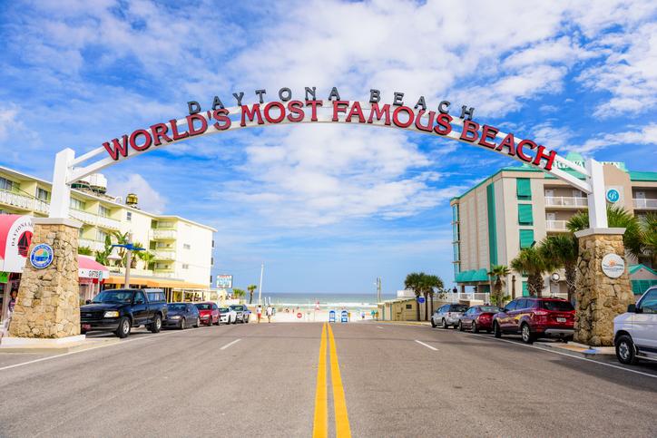 """Letreiro """"world's most famous beach"""". Foto por iStock / SeanPavonePhoto"""
