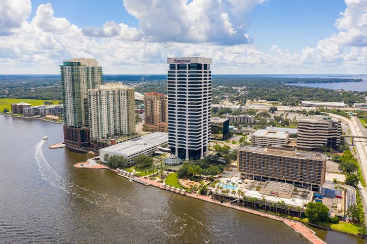 Southbank (margem sul) de downtown Jacksonville. Foto por iStock / felixmizioznikov