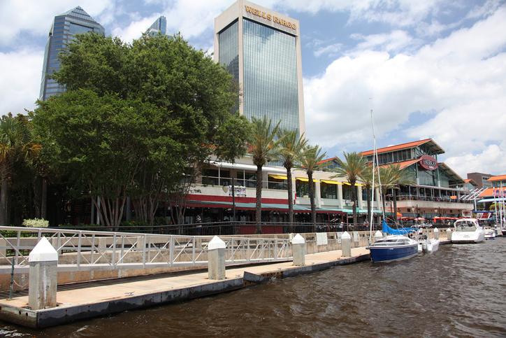 Centro de Jacksonville junto ao Rio St. Johns. Foto por iStock / viktor2013